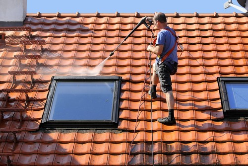 Dakdekker bezig met een dakcoating in Apeldoorn